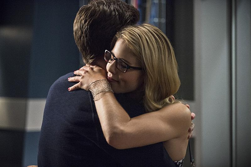 The Flash: Emily Bett Rickards abbraccia Grant Gustin in una scena di Going Rogue