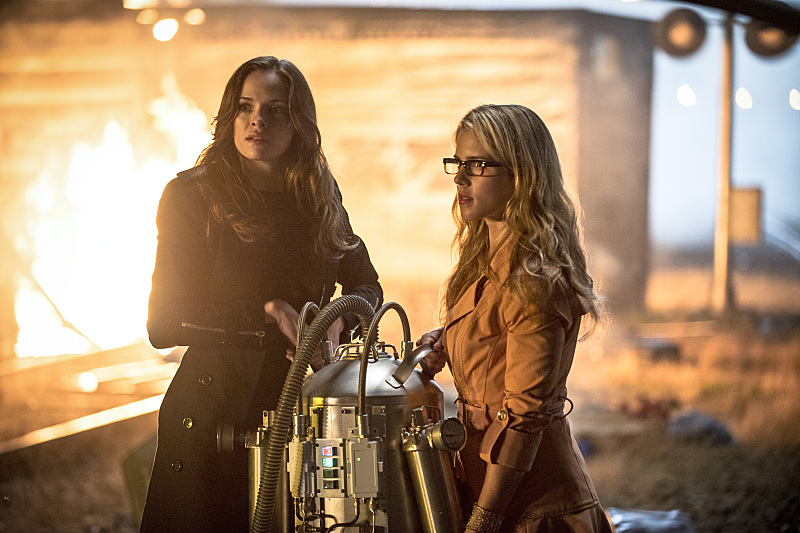 The Flash: le attrici Danielle Panabaker ed Emily Bett Rickards nell'episodio Going Rogue