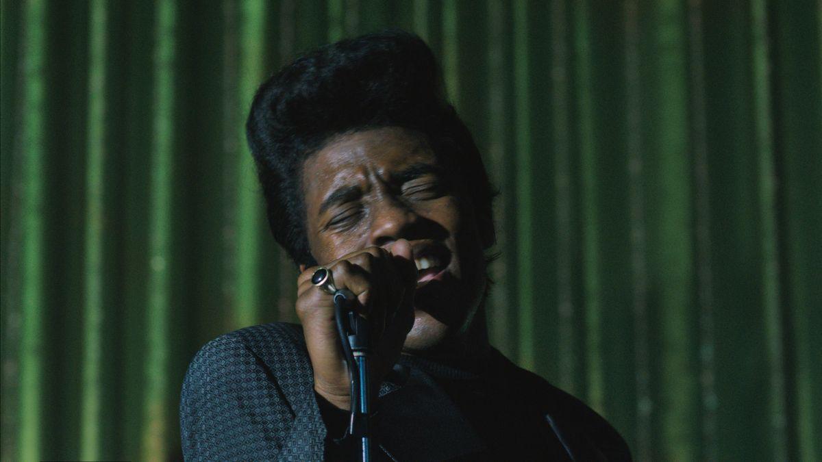 Get on Up: Chadwick Boseman nel ruolo del re del soul James Brown in una scena del film