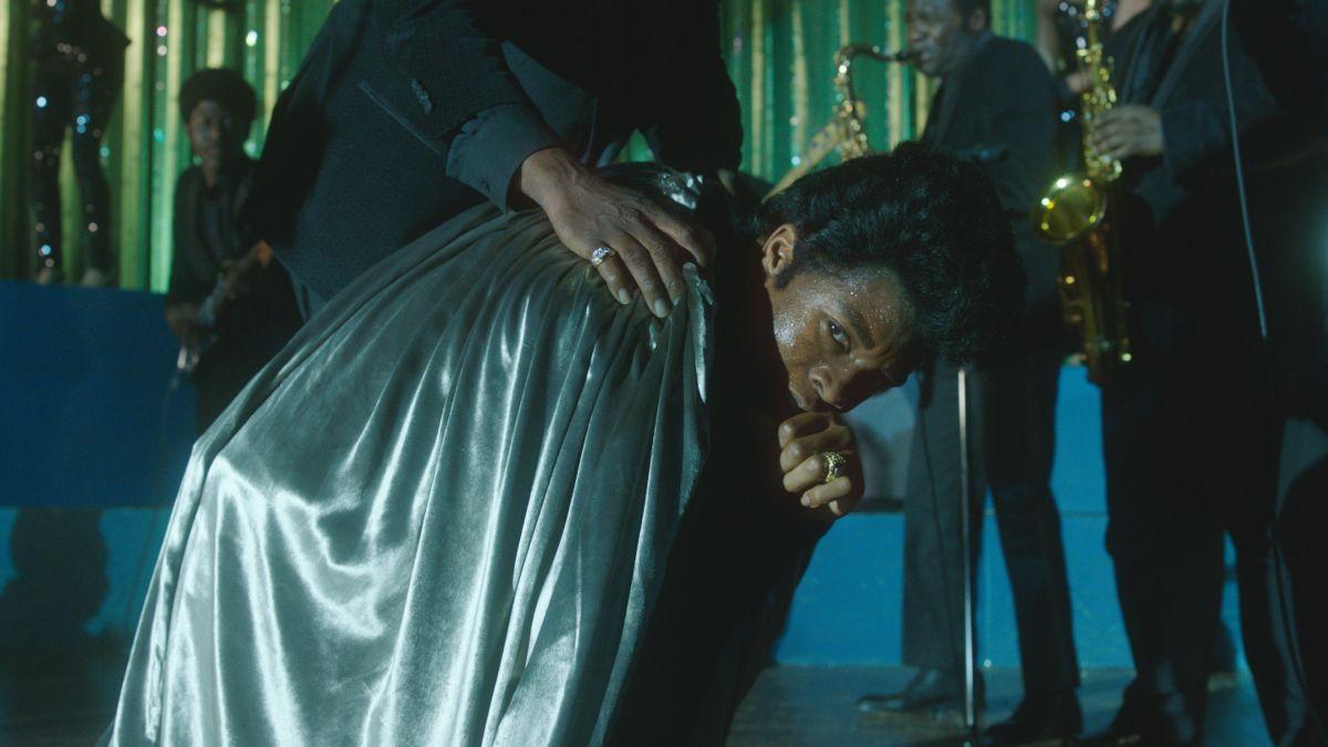 Get on Up: Chadwick Boseman nei panni di James Brown in una scena del film