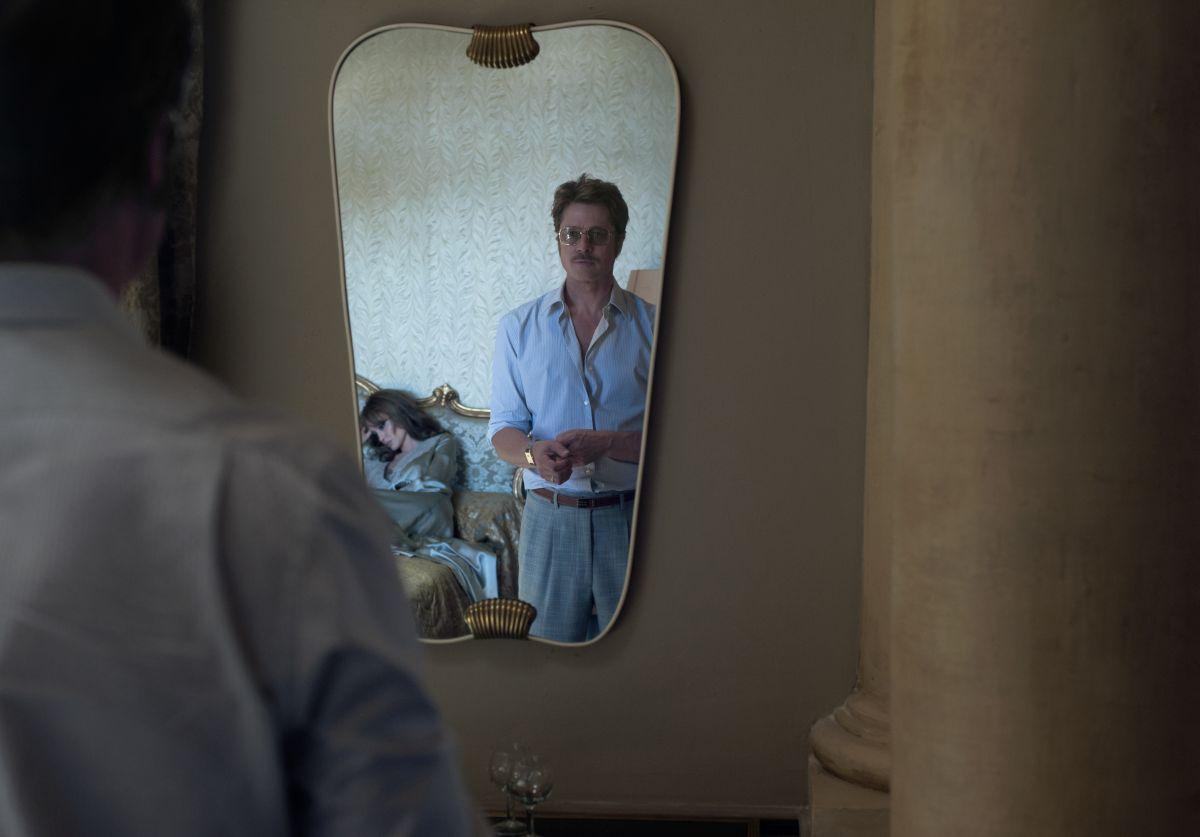 By the Sea: Brad Pitt allo specchio in una scena del dramma romantico