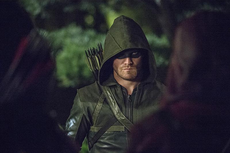 Arrow: il protagonista Stephen Amell in una scena dell'episodio The Magician