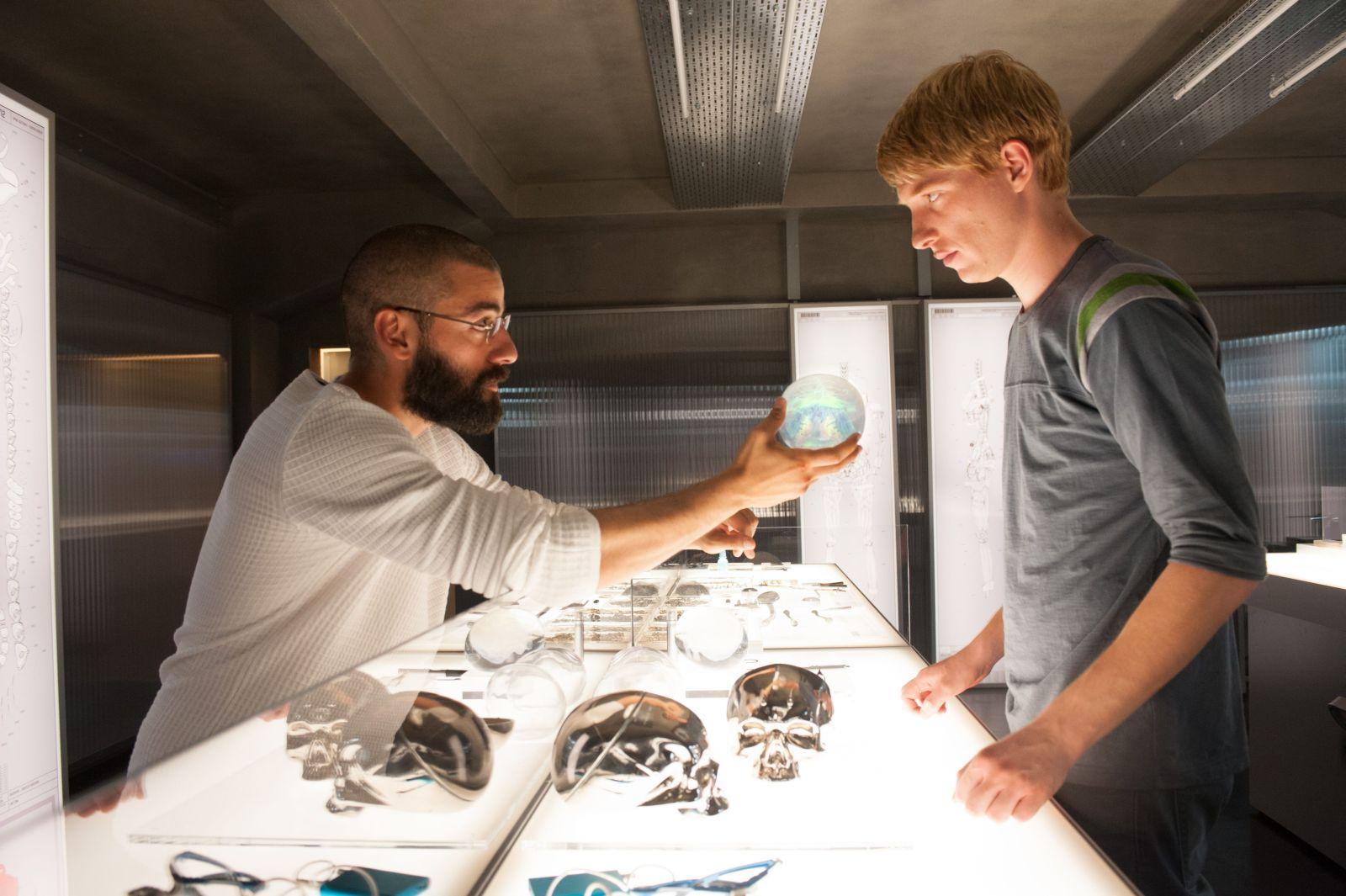 Ex Machina: Domhnall Gleeson e Oscar Isaac in una scena del film fantascientifico