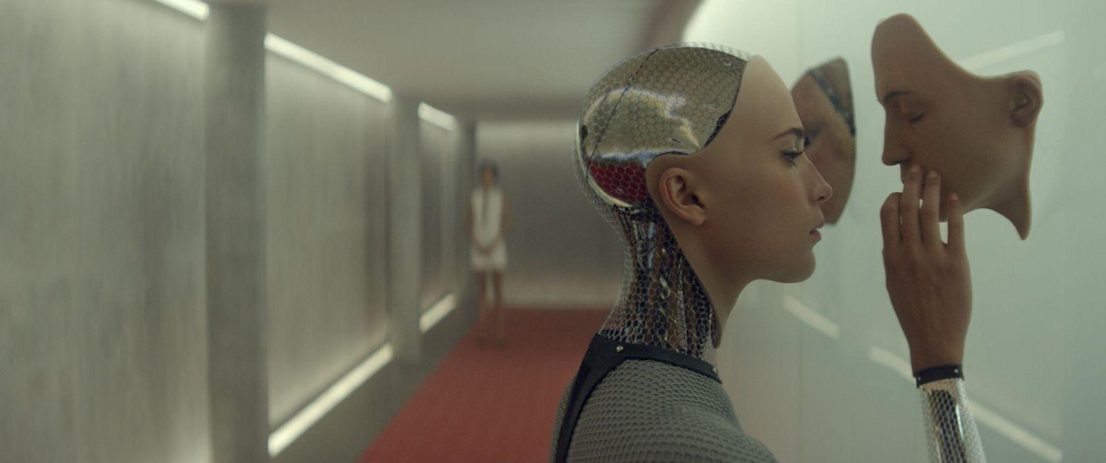 Ex Machina: Alicia Vikander in una scena del film fantascientifico