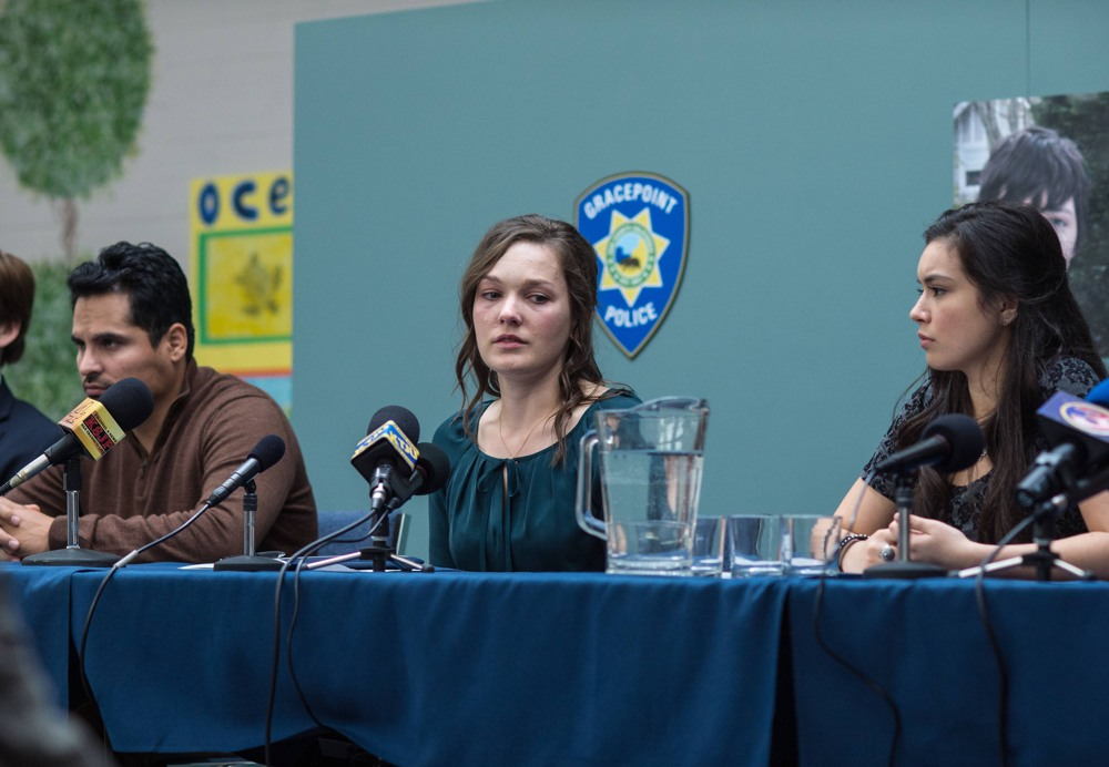 Gracepoint: Michael Peña, Virginia Kull e Madalyn Horcher in un'immagine del quinto episodio
