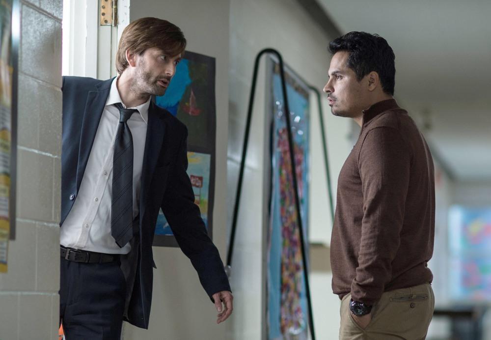 Gracepoint: David Tennant e Michael Peña in una scena della quinta puntata