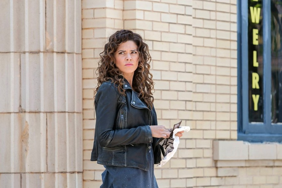 Constantine: l'attrice Angélica Celaya interpreta Zed in The Darkness Beneath