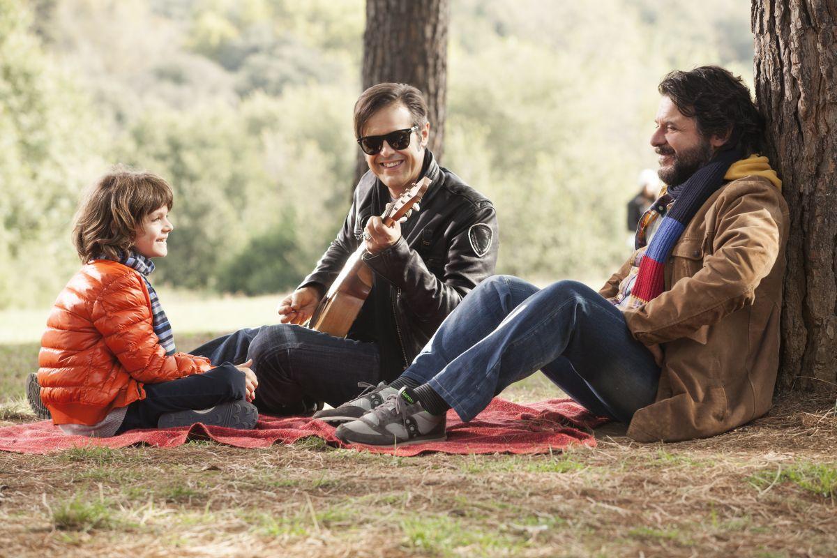 Un natale stupefacente: Lillo e Greg col piccolo Niccolò Calvagna in una scena