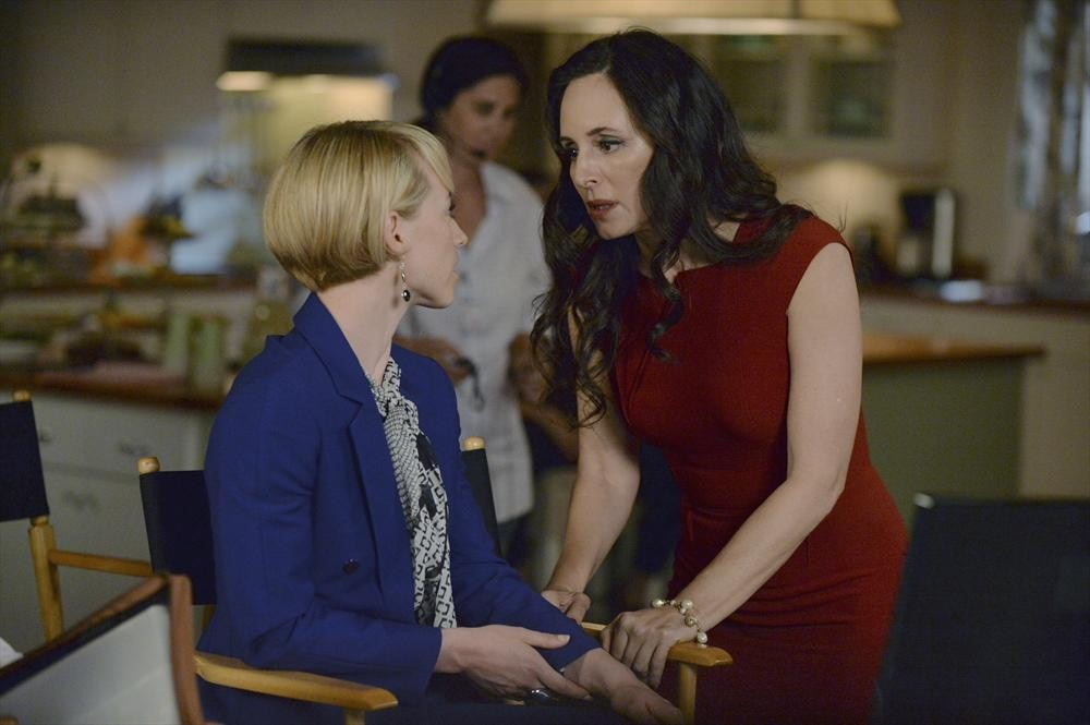 Revenge: le attrici Karine Vanasse e Madeleine Stowe nell'episodio Damage