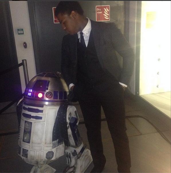 Star Wars: Episode VII - John Boyega e R2D2 alla festa di fine riprese