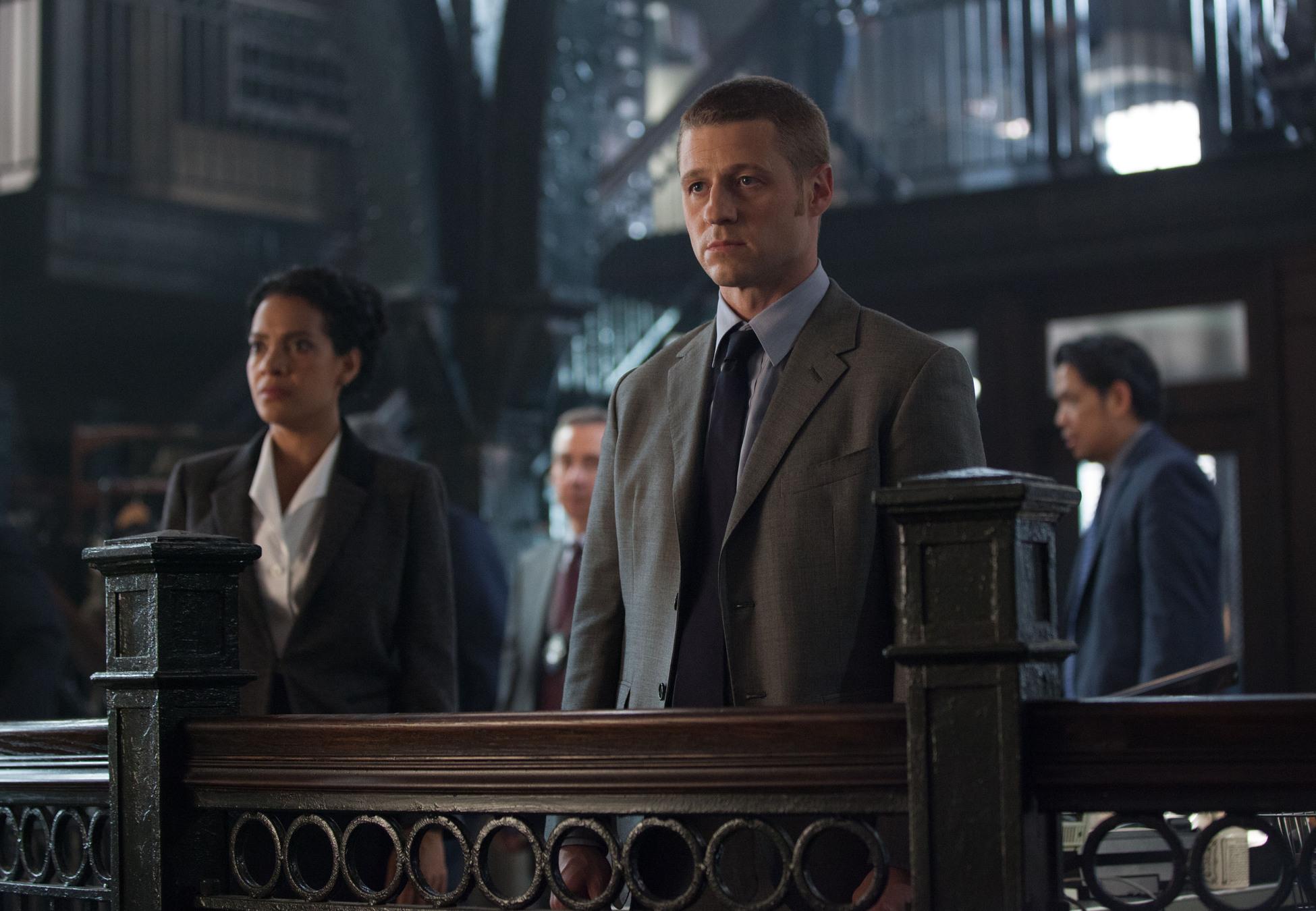 Gotham: Zabryna Guevara e Ben McKenzie nella puntata L'ombrello del Pinguino