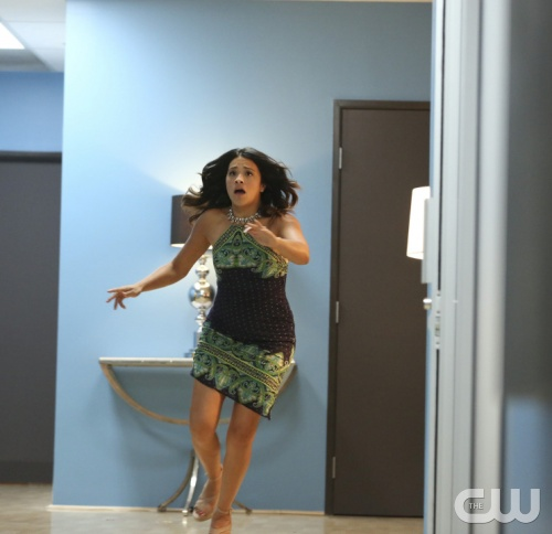 Jane the Virgin: Gina Rodriguez interpreta Jane in una scena di Chapter Four