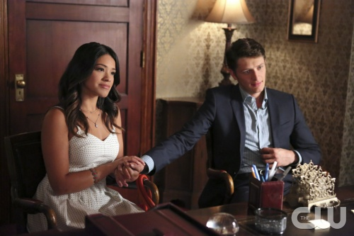 Jane the Virgin: Gina Rodriguez e Brett Dier nell'episodio Chapter Four