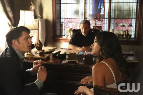 Jane the Virgin: Brett Dier e Gina Rodriguez interpretano una scena di Chapter Four