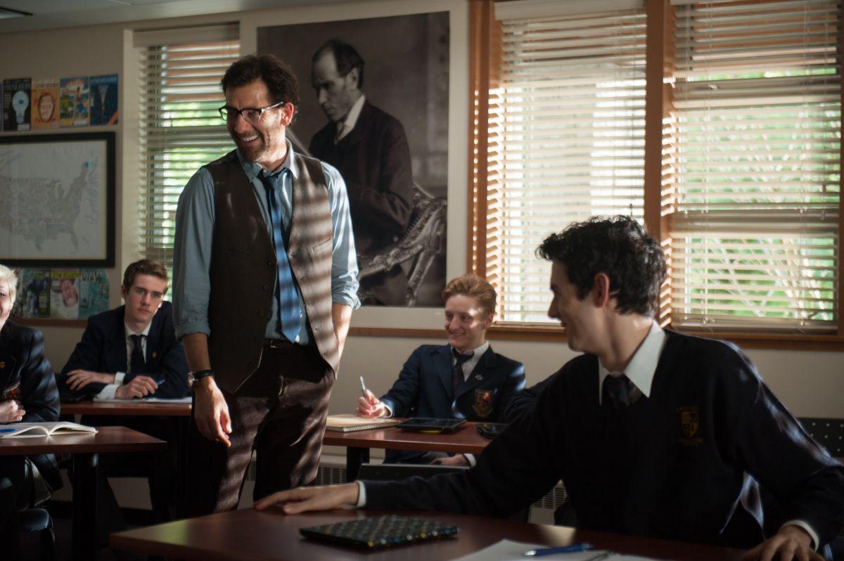 Words and Pictures: Clive Owen con i suoi studenti in una scena del film