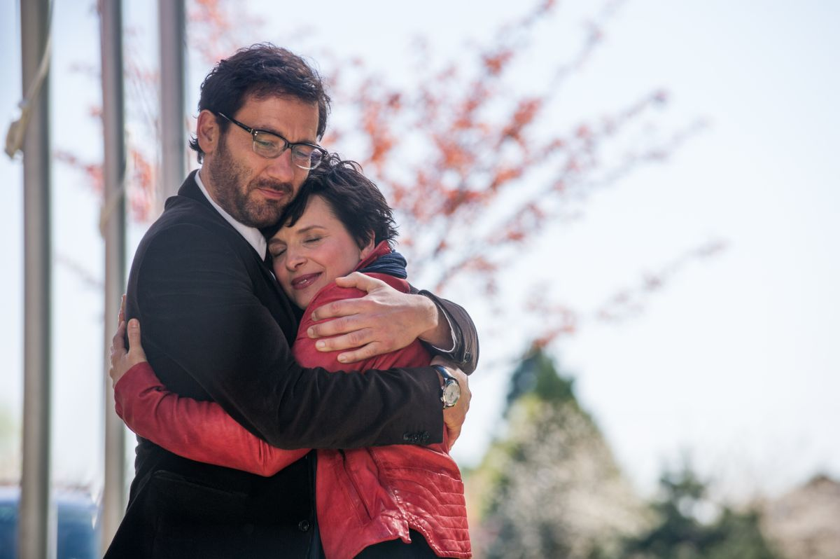 Words and Pictures: Juliette Binoche abbraccia Clive Owen in una scena del film