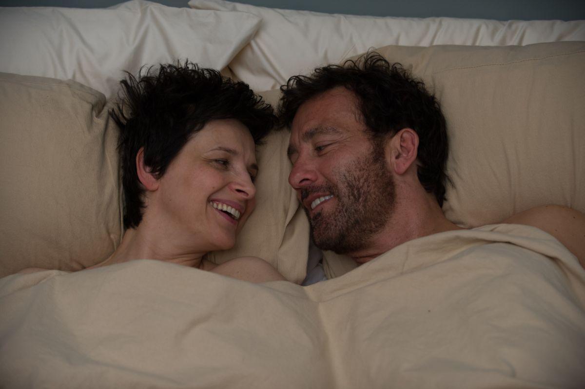 Words and Pictures: Juliette Binoche e Clive Owen innamorati in una scena del film