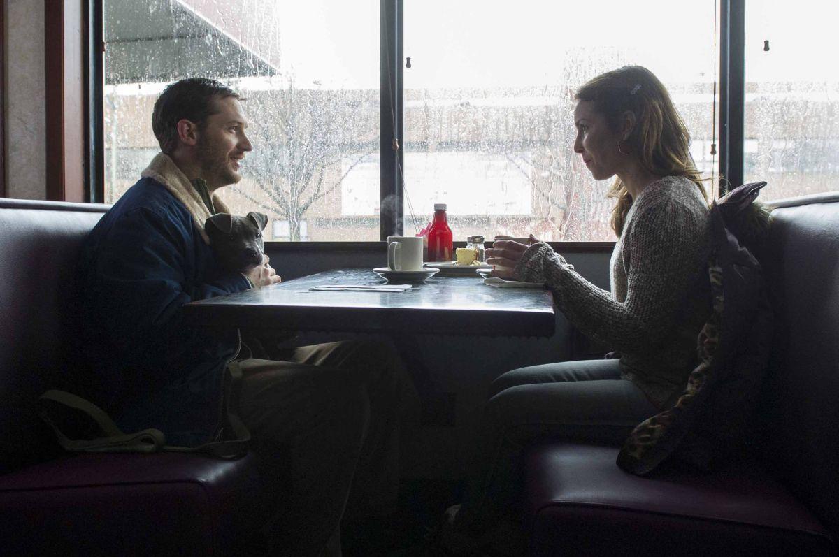 Chi è senza colpa: Tom Hardy e Noomi Rapace seduti a un tavolino