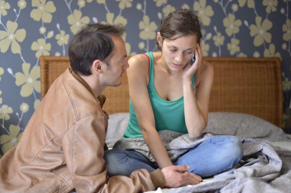 Due giorni, una notte: Fabrizio Rongione con Marion Cotillard in un momento del film drammatico
