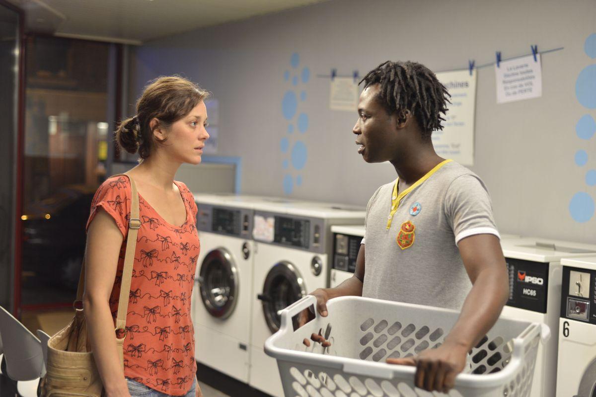 Due giorni, una notte: Marion Cotillardcon Serge Koto in una scena del film