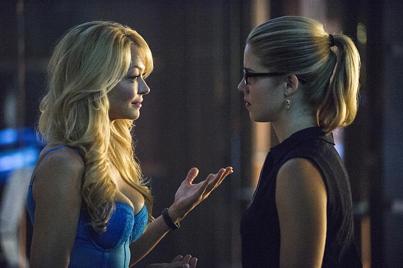 Arrow: Charlotte Ross ed Emily Bett Rickards interpretano Donna e Felicity in The Secret Origin of Felicity Smoak
