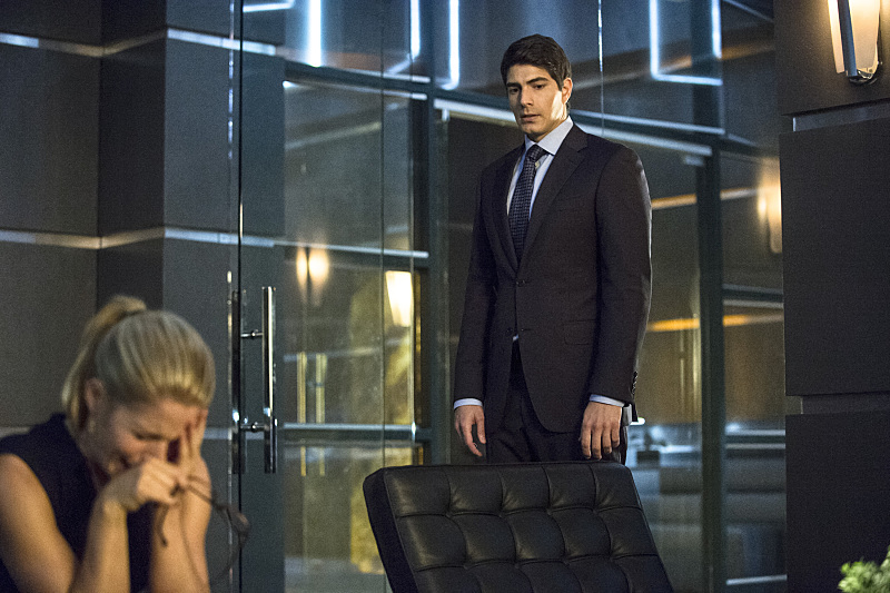 Arrow: Emily Bett Rickards e Brandon Routh nella puntata The Secret Origin of Felicity Smoak