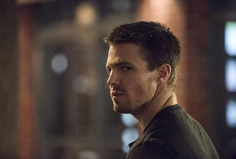 Arrow: Stephen Amell è Oliver Queen nella puntata The Secret Origin of Felicity Smoak