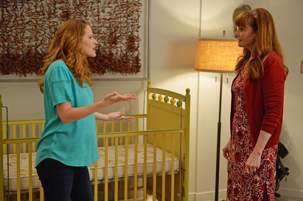 Grey's Anatomy: le attrici Sarah Drew e Connie Ray in una scena di Don't Let's Start