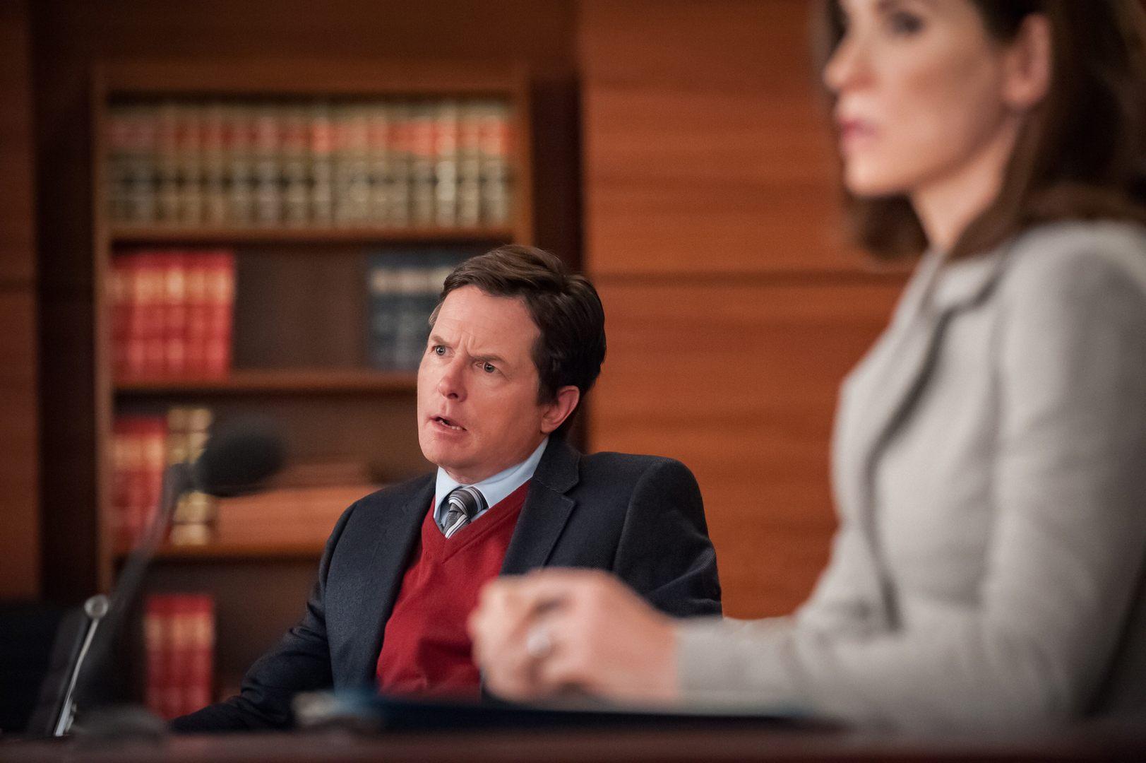 The Good Wife: Michael J. Fox e Julianna Margulies in una scena di Red Zone
