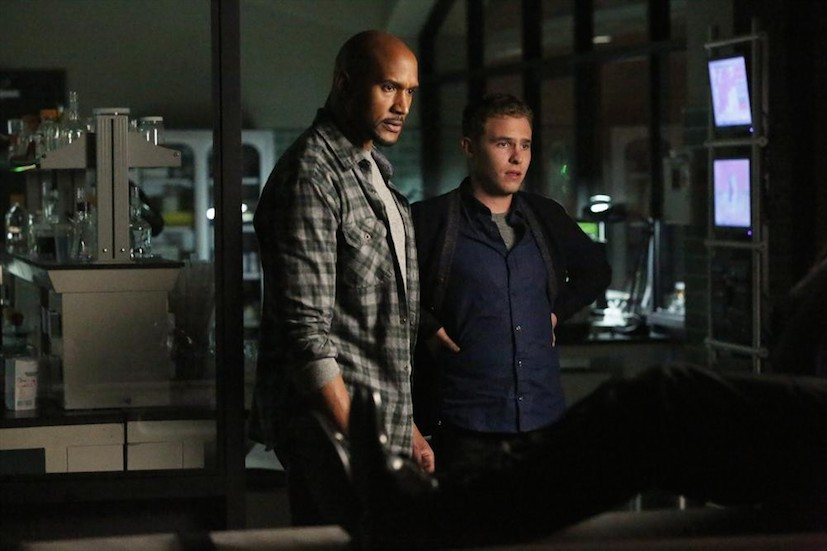 Agents of S.H.I.E.L.D.: gli attori Henry Simmons e Iain De Caestecker in The Writing on the Wall