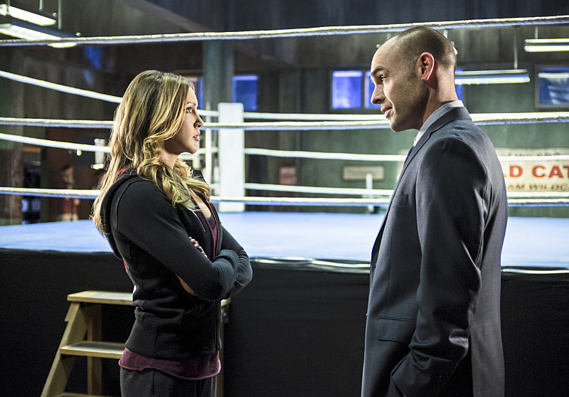 Arrow: Katie Cassidy e Paul Blackthorne in Guilty