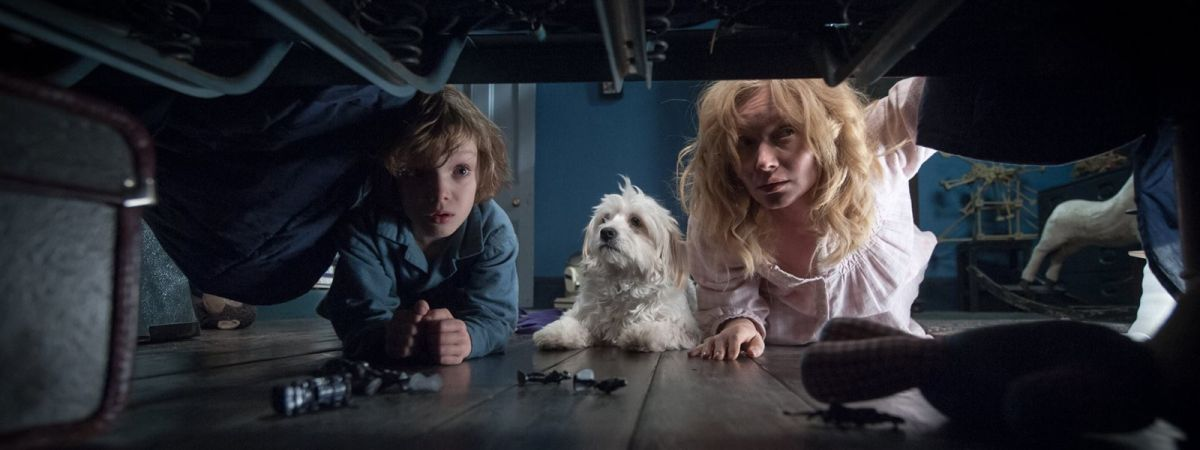 The Babadook: Essie Davis e Noah Wiseman in cerca dell'uomo nero in una scena del film