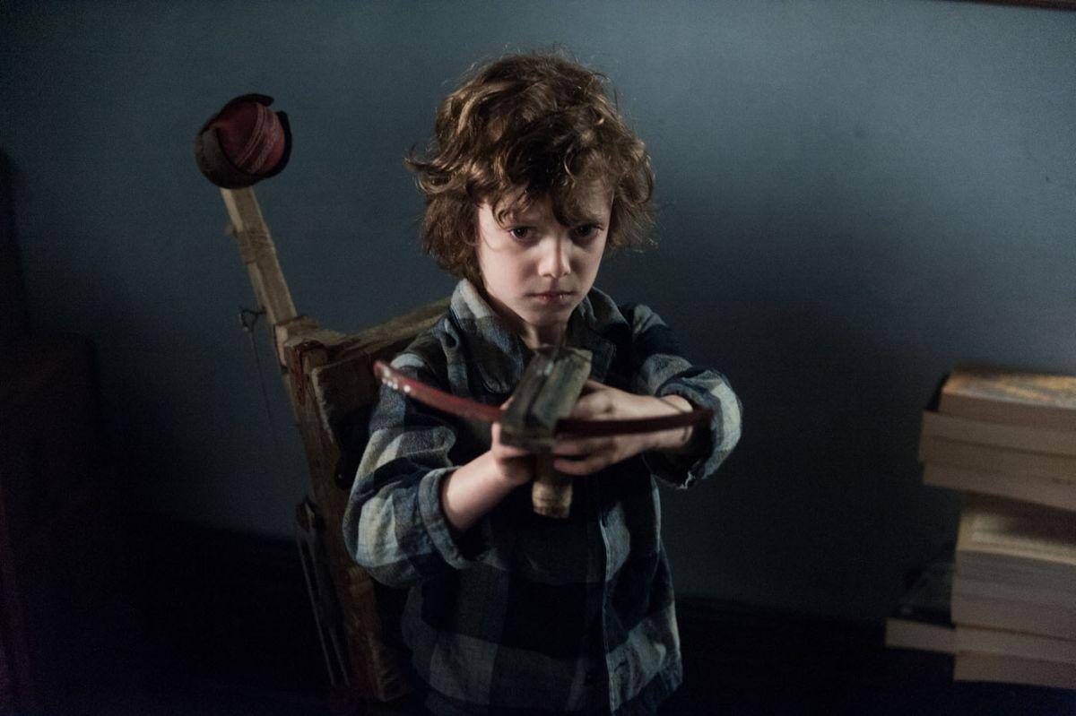 The Babadook: il giovane Noah Wiseman in una scena tratta dall'horror