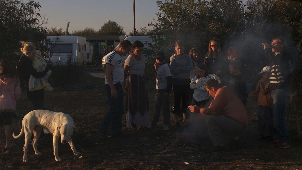 Eat Your Bones: una scena di gruppo tratta dal film