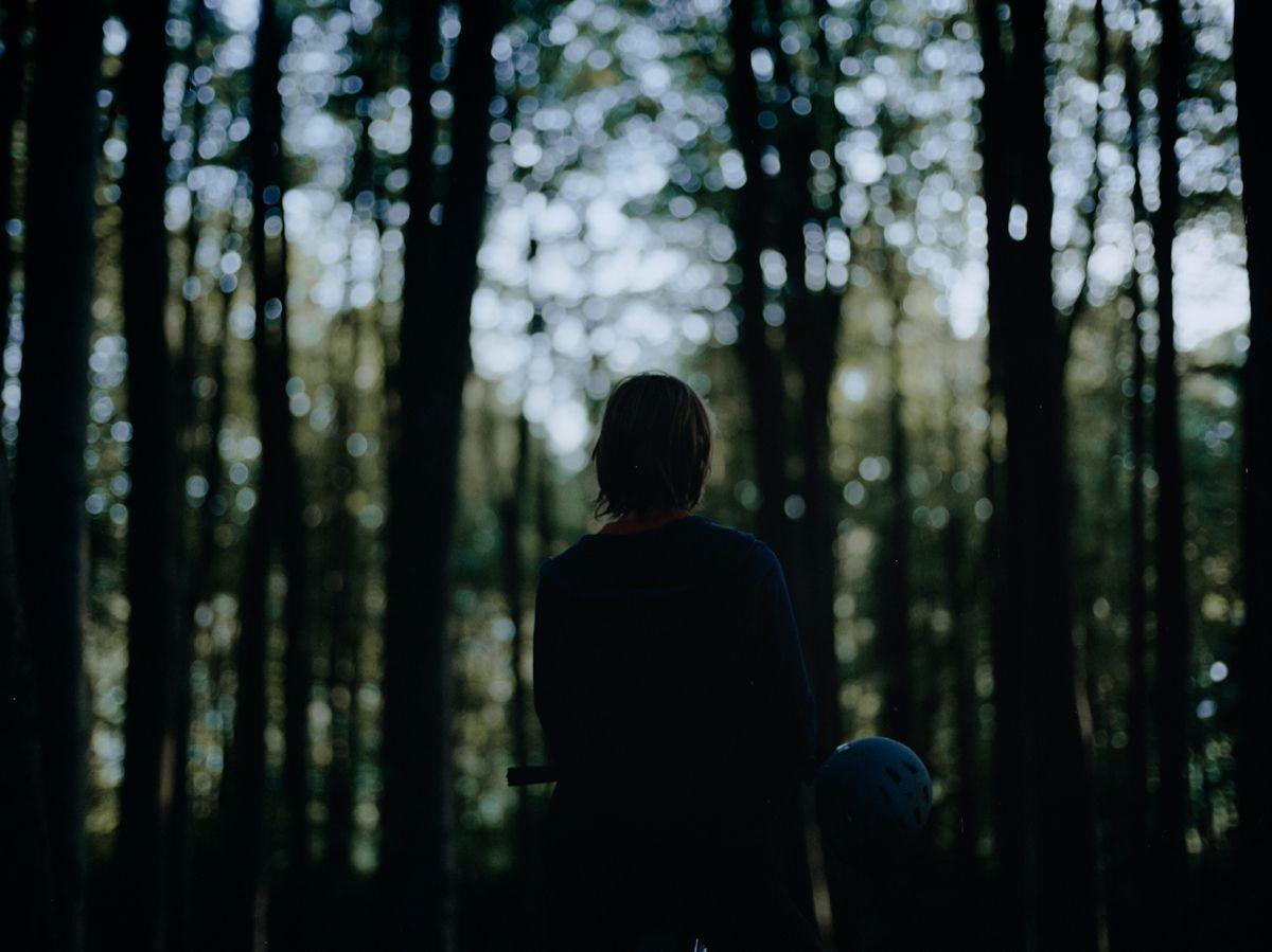 Violet: César De Sutter (di spalle) in una scena del film