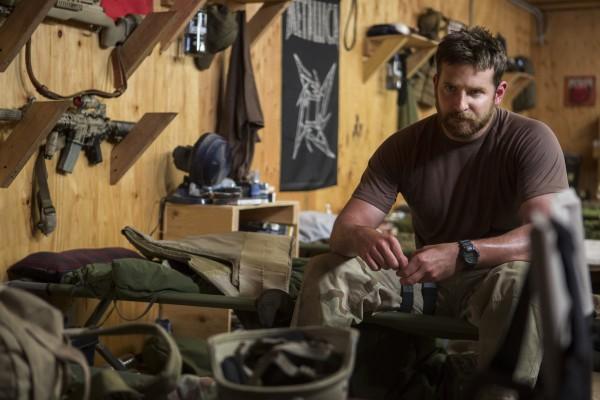 American Sniper: Bradley Cooper seduto sulla brandina