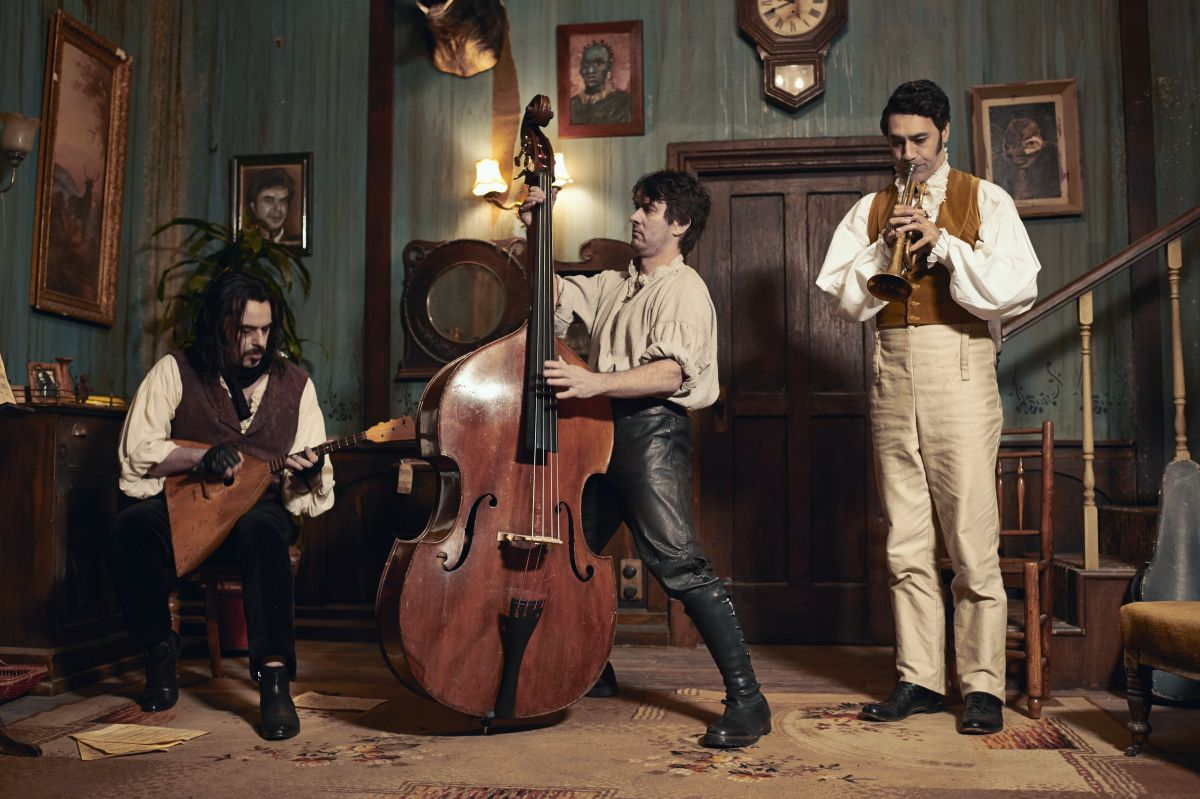 What We Do in the Shadows: Jemaine Clement (Vladislav) con Taika Waititi (Viago) e Jonathan Brugh (Deacon) in una scena
