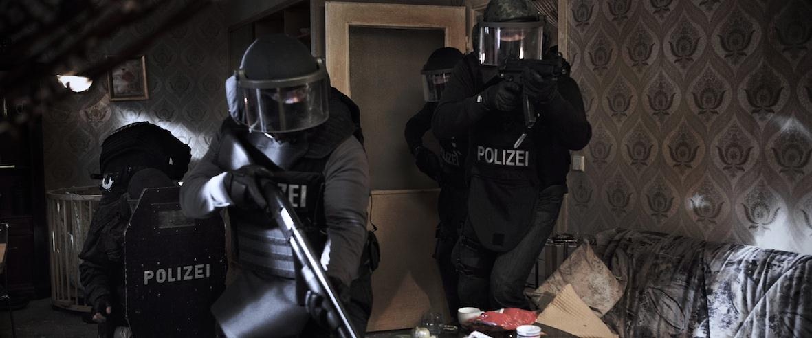 The Kings Surrender: retata della polizia in una scena del film
