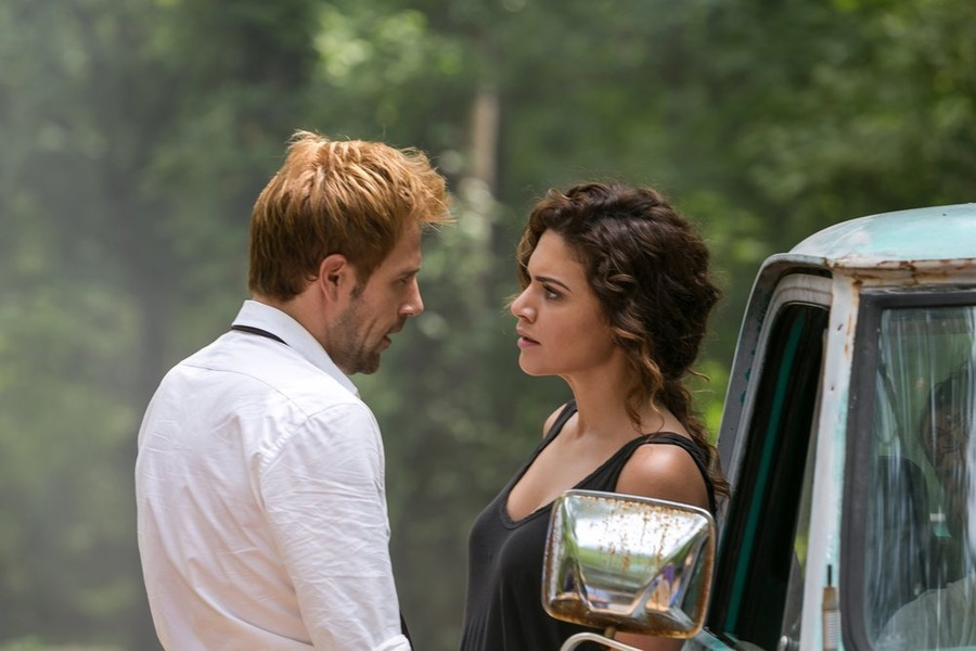 Constantine: Matt Ryan e Angélica Celaya nell'episodio intitolato A Feast of Friends