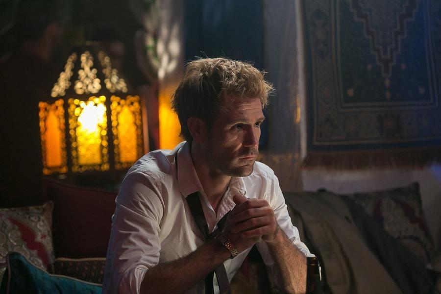 Constantine: l'attore Matt Ryan in una scena dell'episodio A Feast of Friends