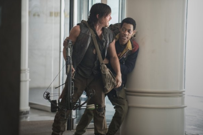 The Walking Dead: Tyler James Williams e Norman Reedus in Consumed