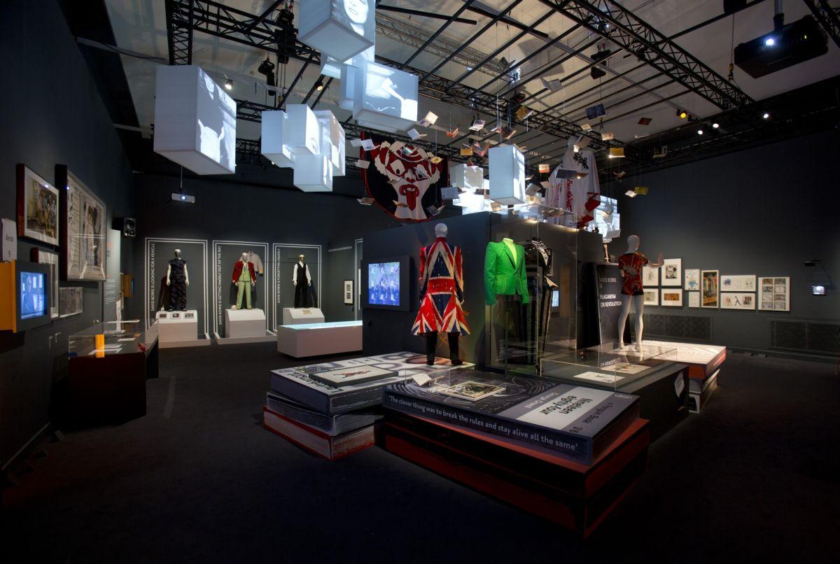 David Bowie Is: costumi di scena del grande David Bowie esposti nella mostra blockbuster allestita al Victoria and Albert Museum di Londra