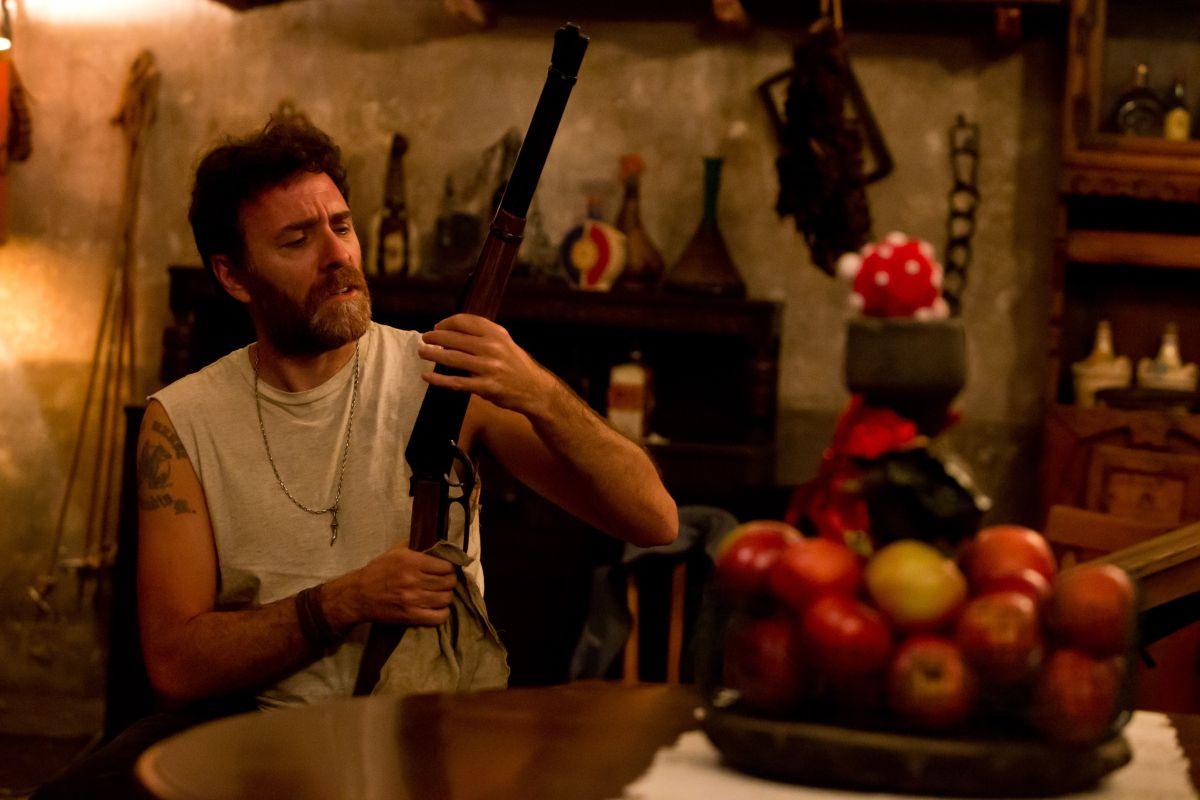 Ogni maledetto Natale: Valerio Mastandrea in una bizzarra scena del film