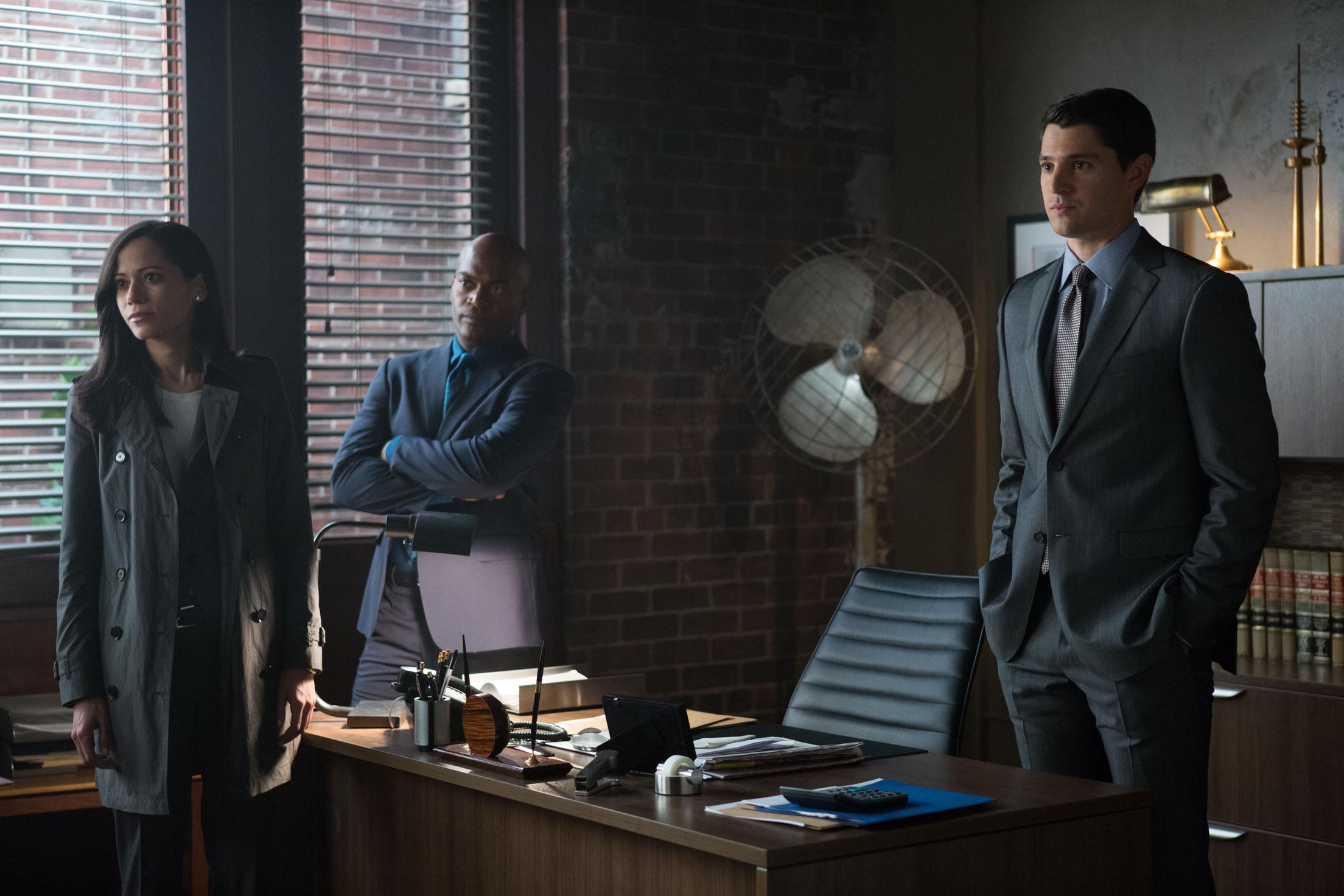 Gotham: Victoria Cartagena, Andrew Stewart-Jones e Nicholas D'Agosto in Harvey Dent