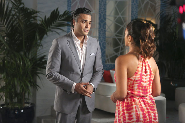Jane the Virgin: Jaime Camil e Gina Rodriguez nell'episodio Chapter Six