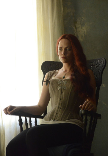 Sleepy Hollow: l'attrice Katia Winter in una scena della puntata Mama