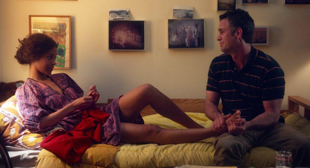 Mark Ruffalo e Zoe Saldana in una scena di Infinitely Polar Bear