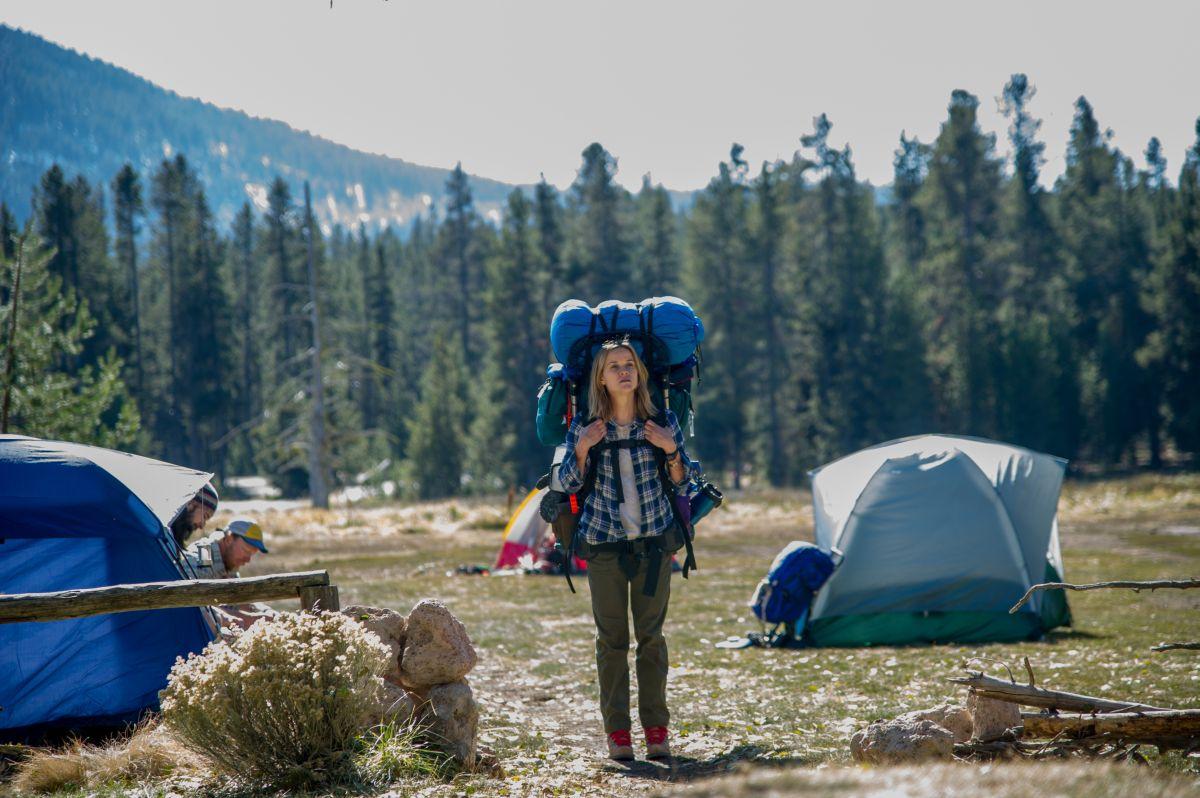 Wild: Reese Witherspoon, zaino in spalla, in una scena del film