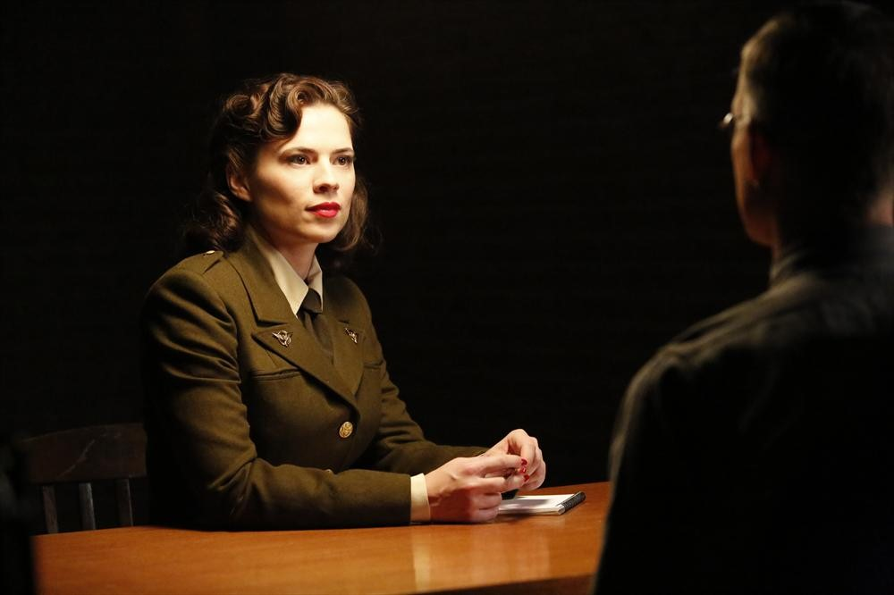 Agents of S.H.I.E.L.D.: Hayley Atwell è Peggy Carter in una scena dell'episodio The Things We Bury