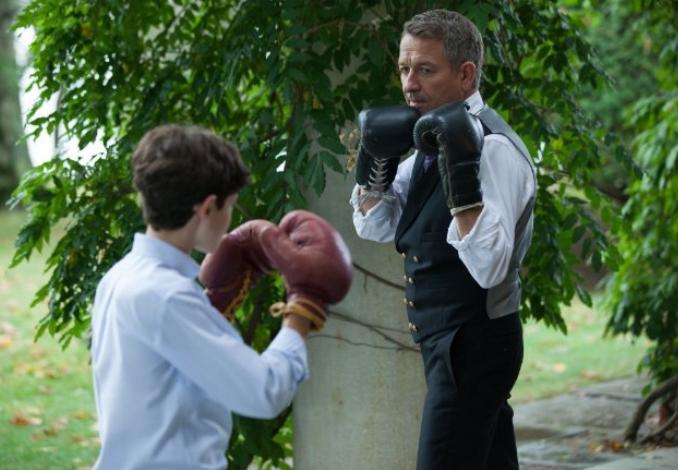 Gotham: Sean Pertwee e David Mazouz in una scena dell'episodio Harvey Dent